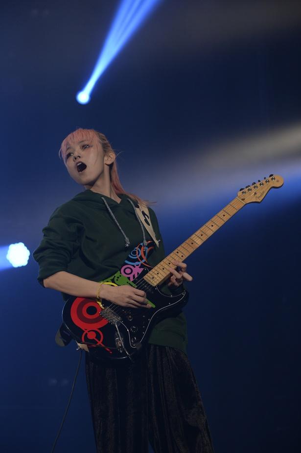 MAMIも元気よくギターをかき鳴らしていく