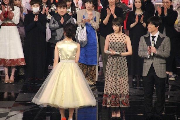 【写真を見る】大人の色気漂うワンピース姿の有村架純&桑子真帆アナ
