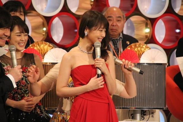 【写真を見る】有村架純の赤いタイトなドレスが公開