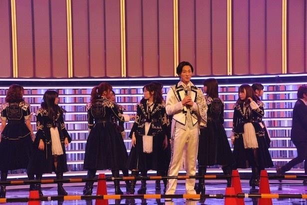 演歌界の貴公子・山内惠介と男装したAKB48メンバー10人が奇跡のコラボ。男装姿はオンエアで解禁