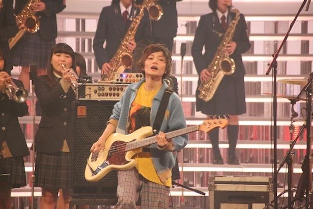 初出場のSHISHAMOは高校生ホーン隊と共演。宮崎朝子の感想は「音がでかい(笑)」