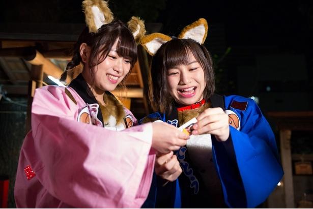 山内鈴蘭(左)と青木詩織(右)はSKE48の2018年の運勢を占うおみくじを引きに行くロケへ