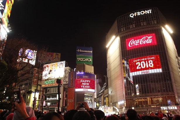 渋谷駅前のスクランブル交差点にも、新年を祝う多くの人々が詰めかけた