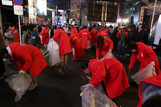 カウントダウン終了後、渋谷駅周辺でクリーンナップ活動が実施された