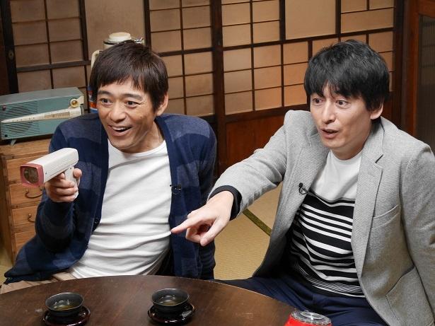 座ってゲームに夢中になっている博多華丸・大吉の壁紙・画像