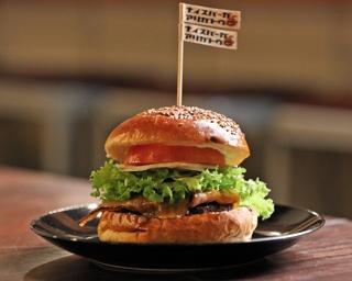 品数を絞ってヒット!こだわりのハンバーガーとコーヒー、音楽イベントも楽しい「サウス・スウェル・カフェ」