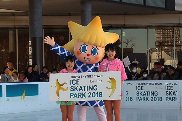 東京スカイツリー(R)公式キャラクターのソラカラちゃんと笑顔で記念撮影に応じる本田姉妹