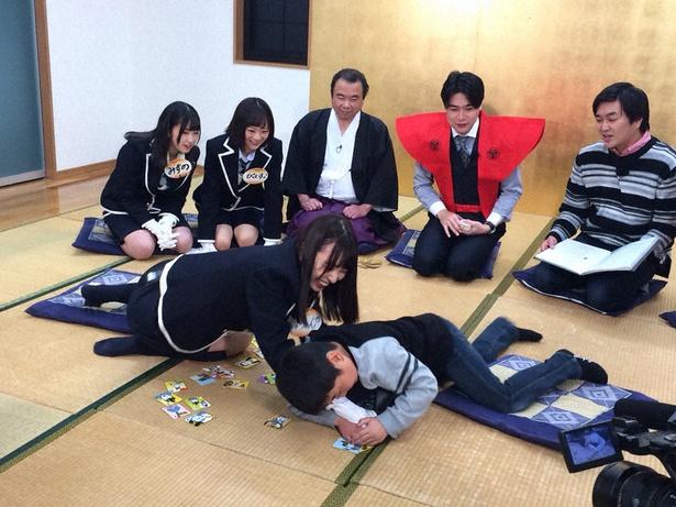 「SKE48 むすびのイチバン!」でSKE48メンバーが「けんかかるた」に挑戦。子供と札を奪い合う熊崎晴香(手前左)