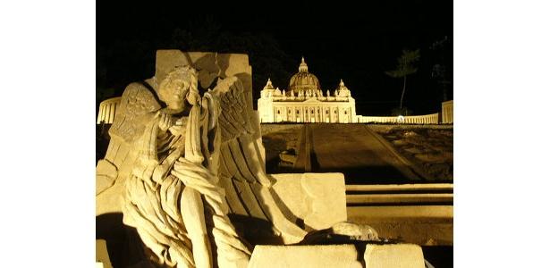 新会場に登場する「砂の彫像」。天使をイメージした彫刻がライトアップされる!
