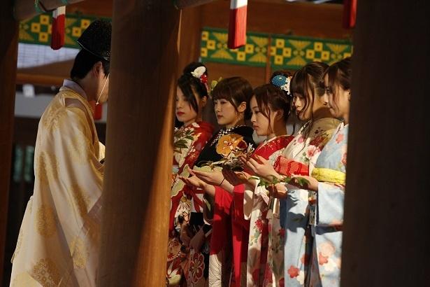 乃木神社・本殿でご祈祷を受ける星野ら6人