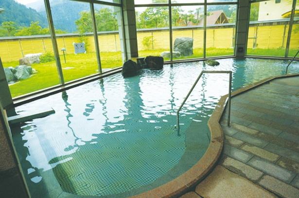 内湯の大浴場。低めの温度設定だが、ゆっくりつかっていると塩の効果でポカポカになる石湯も評判だ/遠山温泉郷 かぐらの湯