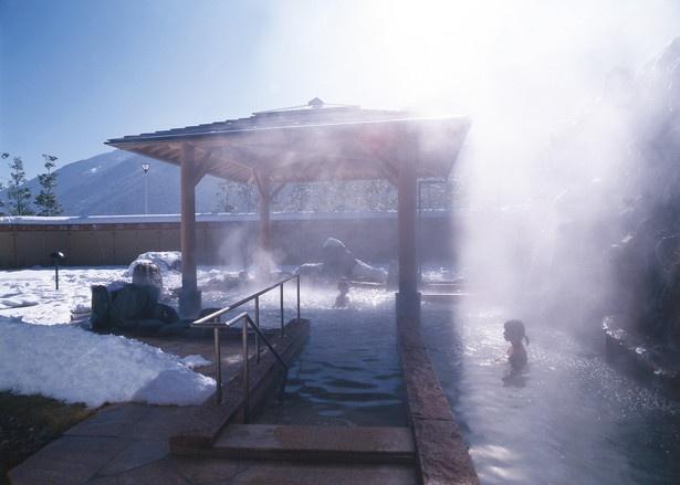 【写真を見る】晴れた日の露天風呂は、青空と白い雪とのコントラストが美しい/遠山温泉郷 かぐらの湯