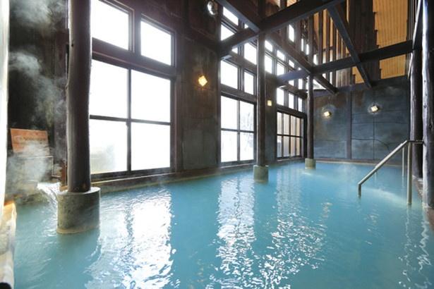 30人以上が入浴できる広々とした内湯。開放感のある吹き抜けの天井には太いはりが巡らせてあり、レトロな雰囲気だ。サウナも備える/ひらゆの森