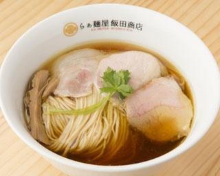 「醤油らぁ麺」(850円)。鶏と水だけとは思えない豊潤なスープが、至高の自家製麺と融合する