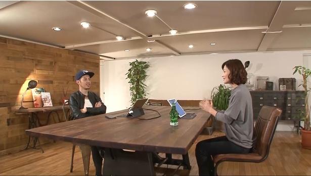 「エゴサーチTV」に出演した元国会議員・金子恵美氏(右)