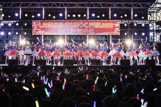 最後はステージ上に出演メンバー全員が登場して「仲間の歌」を歌った