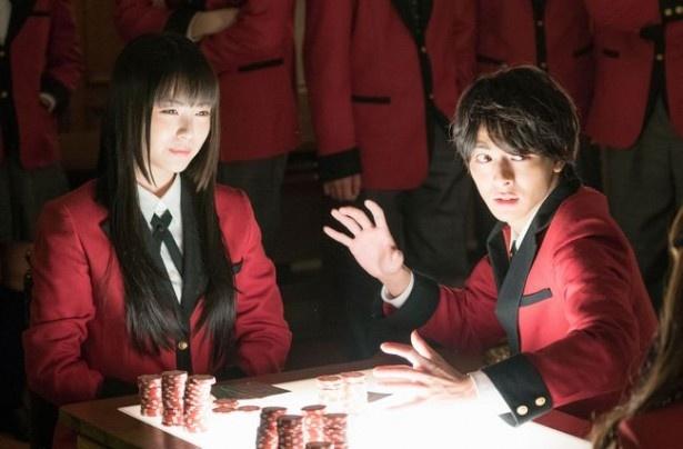 """「賭ケグルイ」で夢子のパートナー役を演じる高杉真宙(右)。気弱な性格で学園では""""家畜""""扱いされているが…"""