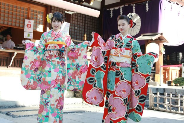 それぞれ個性のある振り袖を選んだ山本舞香(20)と桜井日奈子(20)