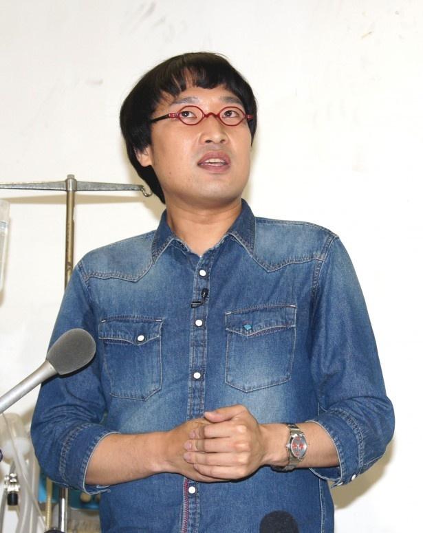 【写真を見る】山里亮太がパンツ一丁でジャイアントスイングをされた!?