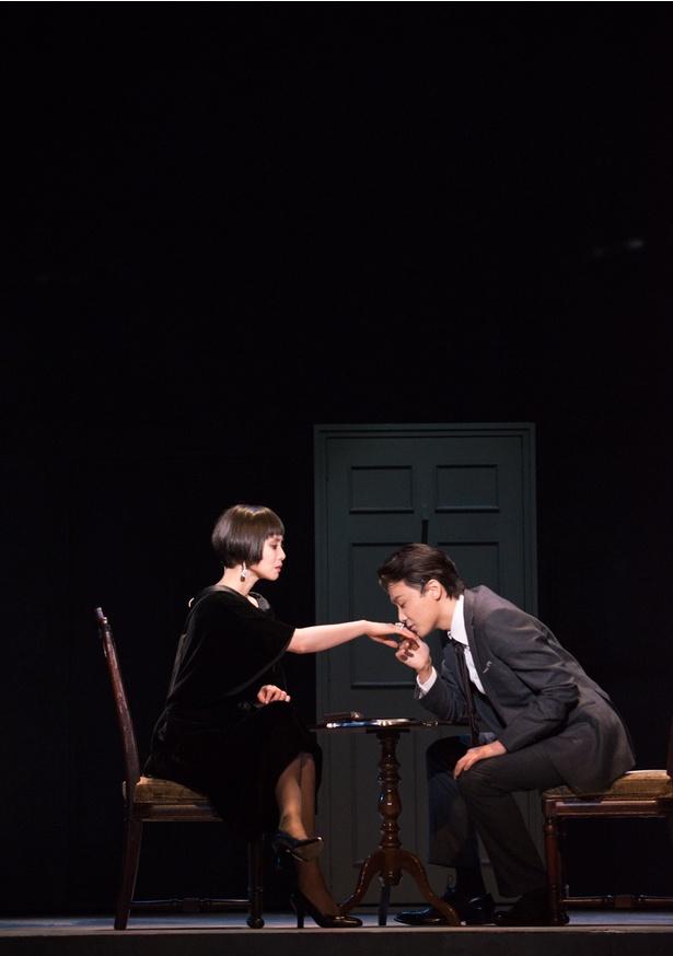 【写真を見る】井上芳雄が中谷美紀の手の甲に…一瞬ドキッとする場面も!