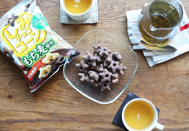 【写真を見る】おなじみの「しみチョココーン」にプチプチ食感のもち麦が入った新感覚チョコスナック