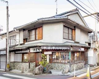 店は「美野島通り」と「みのしま商店街」の交差点の角に建つ