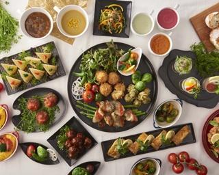 三尺三寸箸でベジセントリックフェア開催!野菜をふんだんに使用した華やかで健康的な料理が並ぶ。
