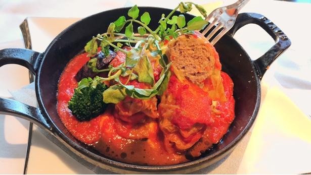キャベツの甘味と肉の旨味がつまった「三浦甘玉キャベツとフルーツトマトのロールキャベツ」(1,600円)