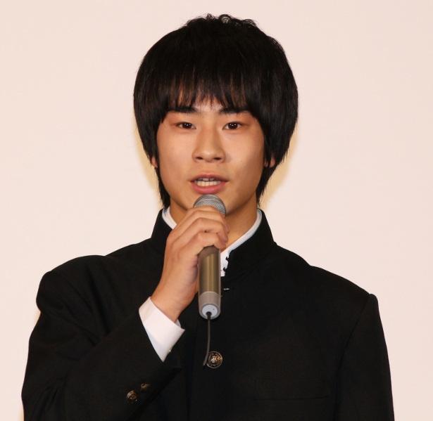 「吸血鬼の母親に殺されてください!」と羽仁男に依頼する高校生を前田が演じる