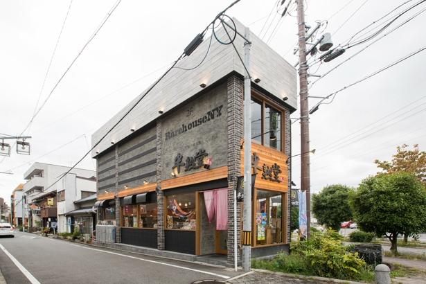 【写真を見る】数多くのラーメン店がある刈谷駅周辺。半熟堂は角地の1階にありわかりやすい
