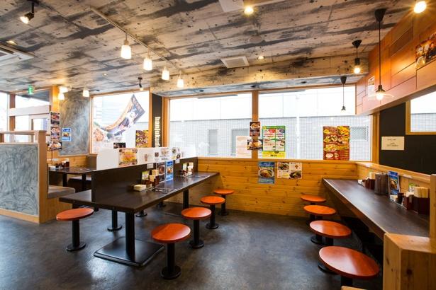 カフェのようにオシャレな店内で女性も入りやすい。最大4人まで座れるテーブル席もある