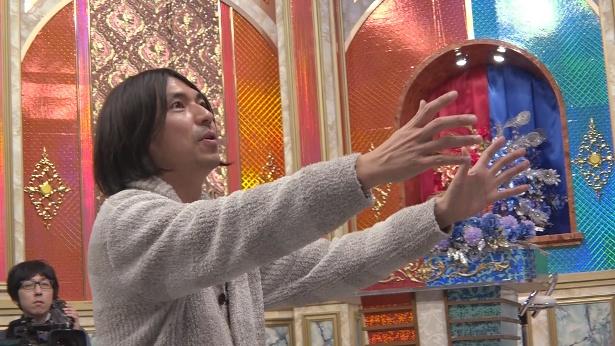 【写真を見る】ふかわは笛木と黒田の表現するネタを熱心にチェック!