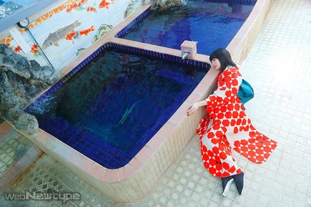 上田麗奈フォトコラム・歴史ある建物に護られた泉の色