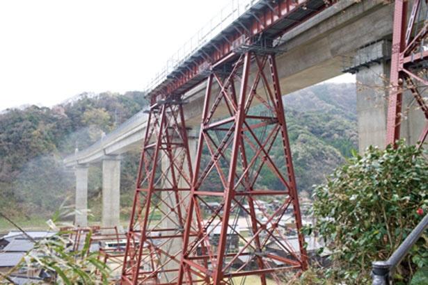 赤い橋脚の旧余部鉄橋は1912(明治45)年から約100年間、東洋随一の鋼トレッスル橋として、多くの人が訪れる観光名所として親しまれてきた