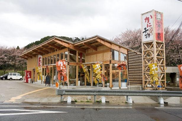 道178号線沿いに立つ店は、木造で浜辺の漁師小屋をイメージさせる雰囲気。櫓(やぐら)風の看板が目印だ