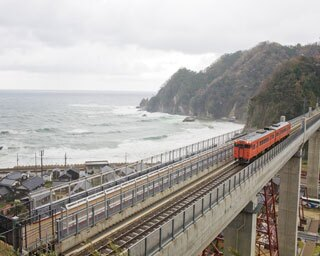 歴史に残る鉄橋から 日本海の大パノラマを