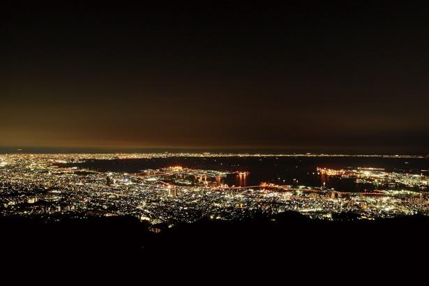 「摩耶山掬星台」の西側展望台からの夜景。神戸や大阪のベイエリアが一望!