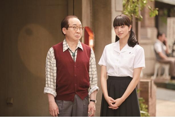 律子と律子の父・勉(中村梅雀)