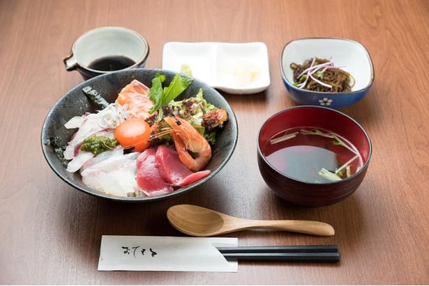 【写真を見る】このボリュームで1000円!赤字覚悟の「特製海鮮丼」