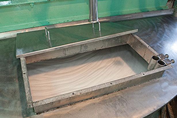 巨大な専用釜で原料を均一に混合/ヤシノミ洗剤