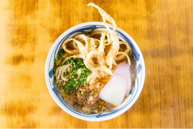 甘辛く煮た牛肉とダシが調和する!一番人気の「肉ごぼ天うどん」(560円)