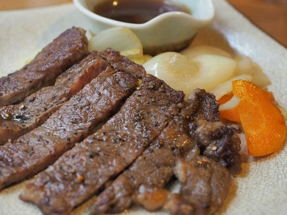 「壱岐牛ロースステーキ」(単品は4860円)。潮風を浴びた牧草で育てられた壱岐牛は柔らかく旨味たっぷり。上品な脂は胃にもたれないと評判