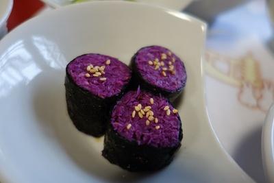 目に鮮やかな菊花の海苔巻き。菊は天皇家の御紋でもあるのなので、(庶民が 食すのは)「もってのほか」という異名も