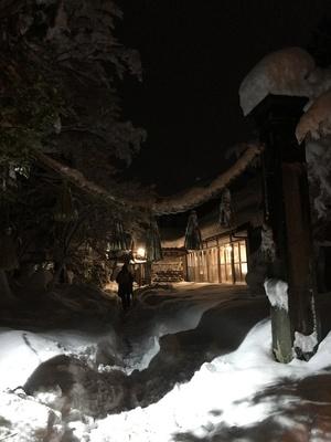 夜の大聖坊の外観