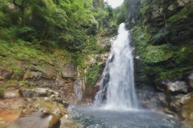 滝壺のすぐそばまで近付ける。降り注ぐ水しぶきと滝の轟音は迫力満点