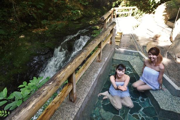 小さな滝と渓流が流れる露天風呂。秘境の秘湯として人気のスポット