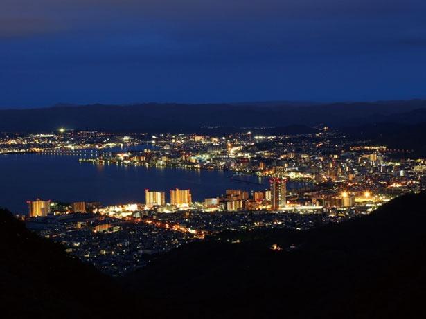 【写真を見る】夏季にはナイター営業も実施。比叡山頂にある園内からは琵琶湖方面の1,000万ドルの夜景も楽しめる
