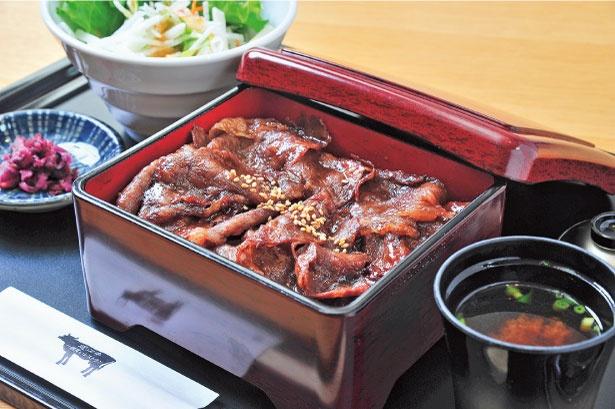約120gの近江牛のロース肉を使った近江牛(¥1,900)は、ここの一番人気メニュー。比叡ゆば赤だし、サラダ、漬物付き。