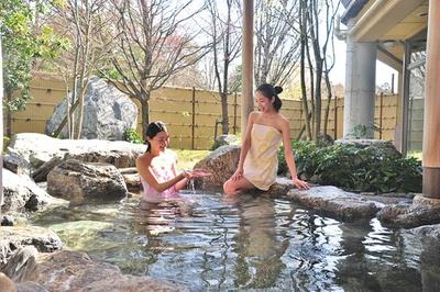 岩風呂の露天が魅力の武奈乃湯。比良山系の大地から湧き出る温泉でドライブの疲れを癒そう