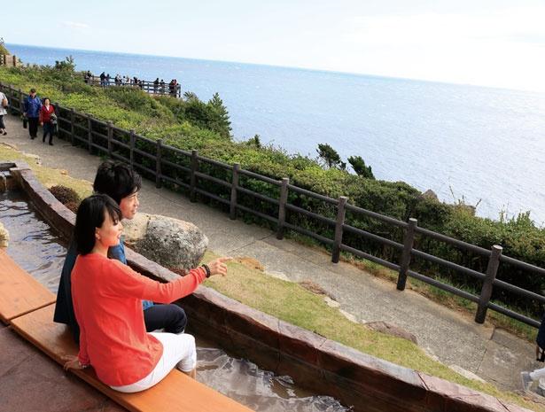 施設前に設置された足湯は無料で利用できる。岩壁や太平洋を眺めながら足の疲れを癒そう